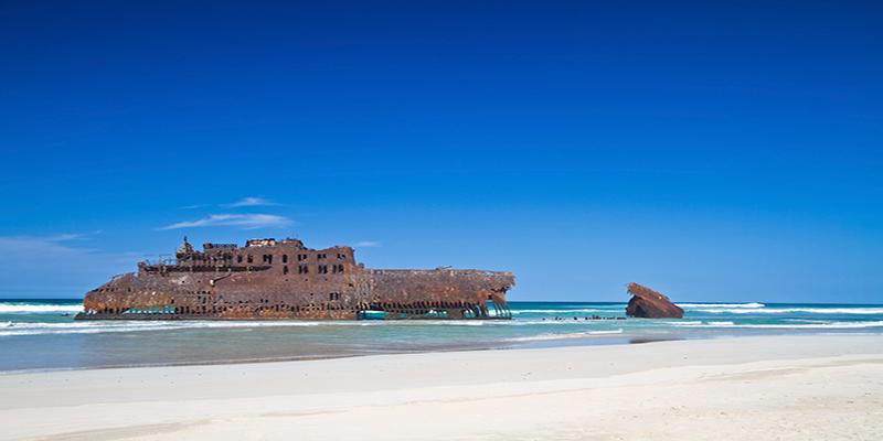 Een wrak van een schip op het strand van de Kaapverdische Eilanden
