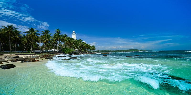 De blauwe zee van Sri Lanka