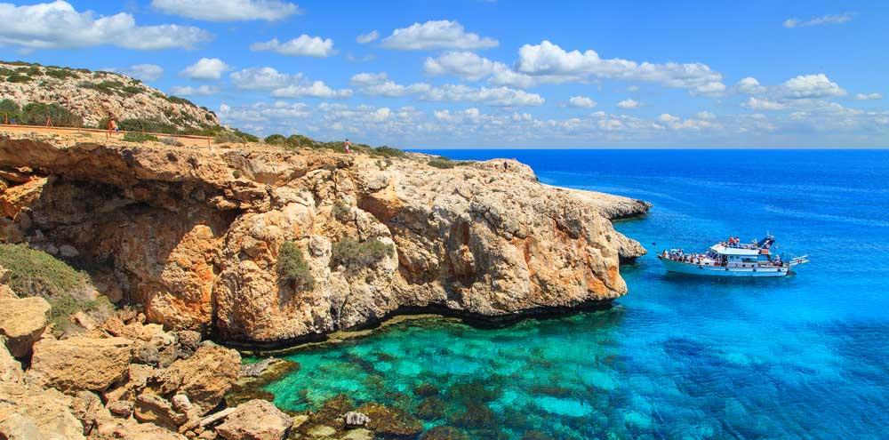 De blauwe zee en prachtige rotsen aan de kust van de Canarische Eilanden van Spanje